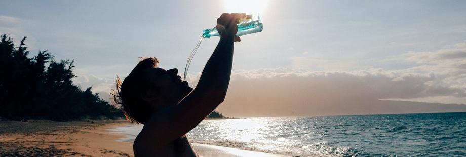 Hidratarse 1 de 10 consejos salud bucodental en verano